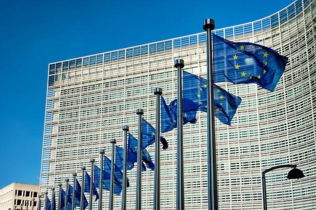 Bandeiras da ue em frente à comissão europeia