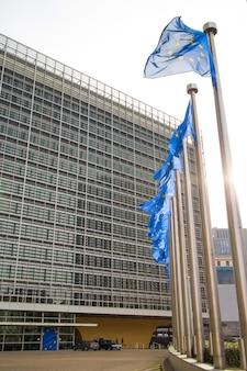 Bandeiras da união europeia perto do parlamento em bruxelas, bélgica