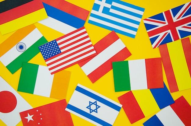 Bandeiras de diferentes países em fundo amarelo