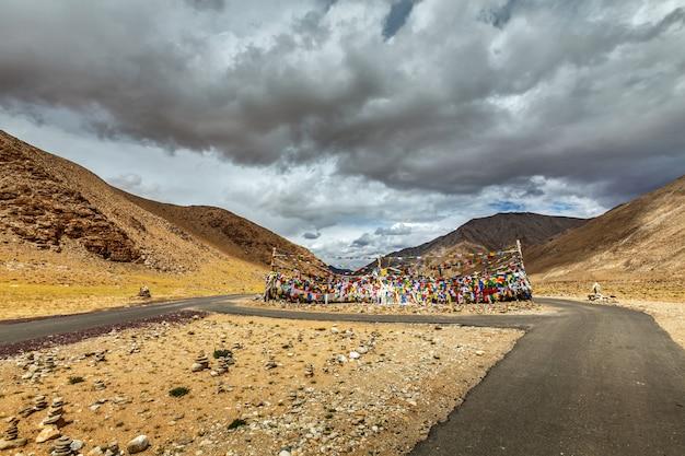 Bandeiras de estrada e oração budista em ladakh