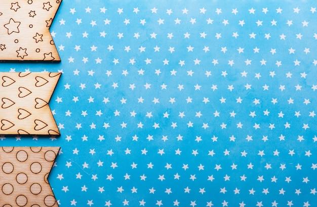 Bandeiras de madeira com estrelas e corações em fundo azul