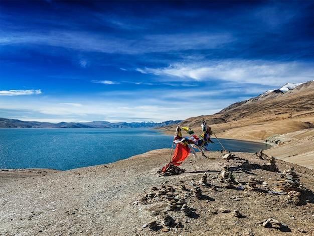 Bandeiras de oração budista lungta no lago do himalaia