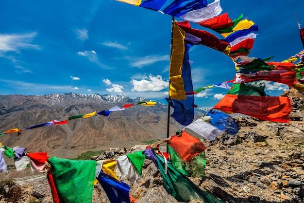 Bandeiras de oração budista lungta no vale de spiti, índia