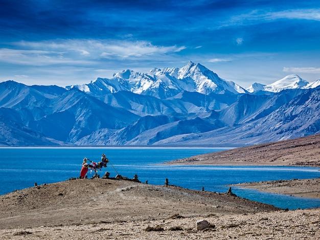 Bandeiras de oração budista no lago himalaia tso moriri