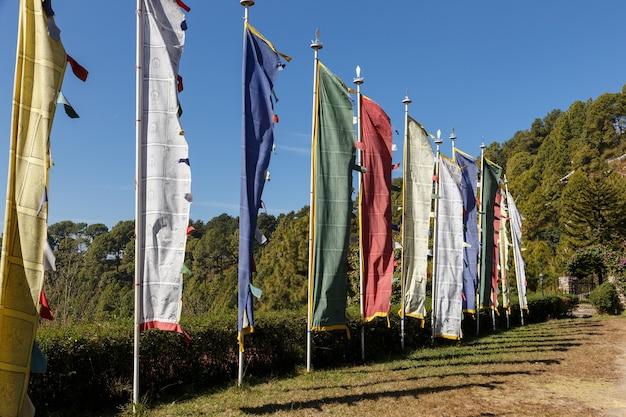 Bandeiras de oração budistas. bandeiras multicoloridas em postes tremulando ao vento nas montanhas.