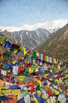 Bandeiras de oração budistas no topo da montanha em tons de foto