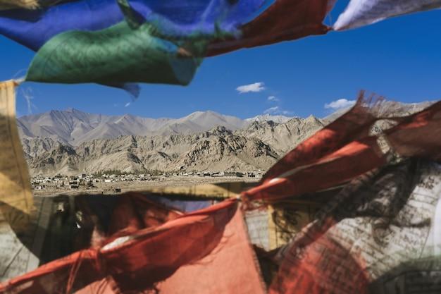 Bandeiras de oração com montanha