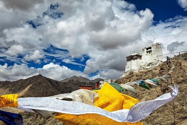 Bandeiras de oração de leh gompa e lungta, ladakh