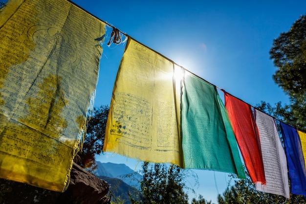 Bandeiras de oração do budismo tibetano com mantra budista no templo do monastério dharamshala na índia