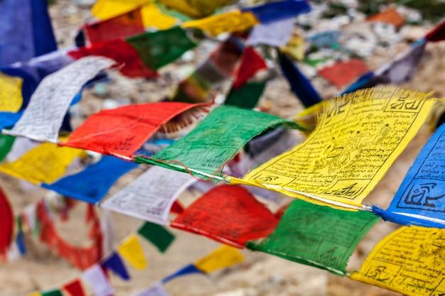 Bandeiras de oração do budismo tibetano lungta