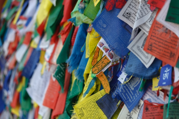 Bandeiras de oração tibetanas coloridas no nepal