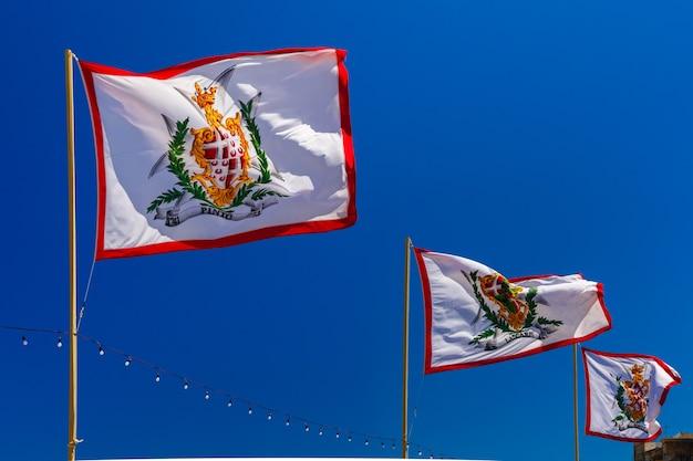 Bandeiras de todos os grão-mestres da soberana ordem militar de malta na cidade velha de valletta, malta