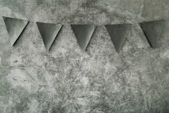 Bandeiras decorativas triângulo preto pendurado no fundo cinza