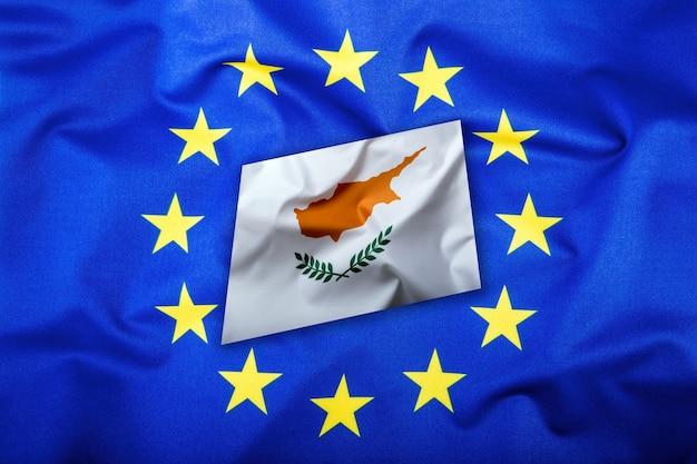 Bandeiras do chipre e da união europeia. bandeira de chipre e bandeira da ue. bandeira dentro de estrelas. conceito de dinheiro da bandeira do mundo.