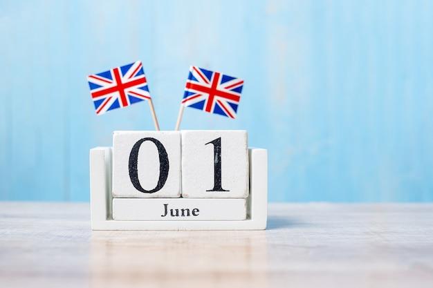 Bandeiras do reino unido com calendário de junho em uma mesa