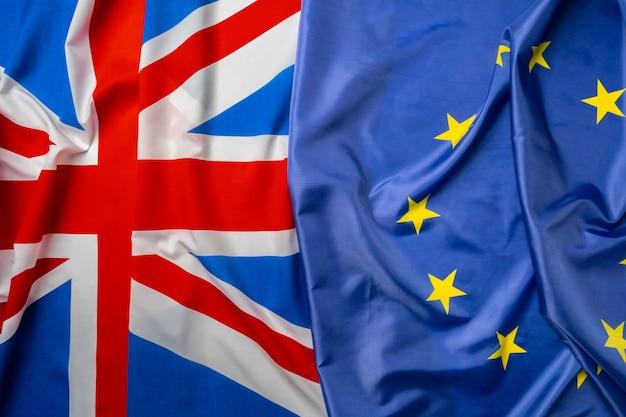 Bandeiras do reino unido e da união europeia dobradas juntas