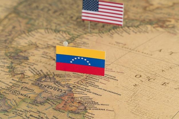 Bandeiras dos eua e da venezuela no mapa mundial. foto conceitual, política e ordem mundial