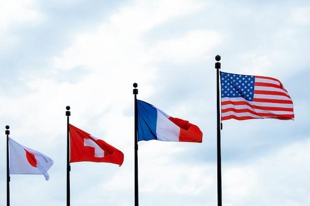 Bandeiras dos eua frança suíça japão balançando no céu
