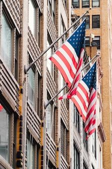 Bandeiras dos eua no edifício
