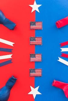 Bandeiras em miniatura e elementos decorativos dos símbolos da américa