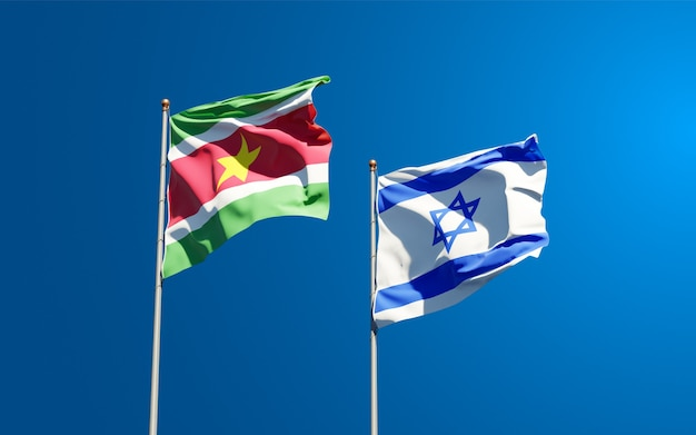 Bandeiras estaduais do suriname e de israel juntas no fundo do céu