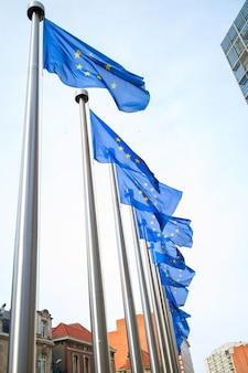 Bandeiras europeias em frente ao edifício berlaymont em bruxelas