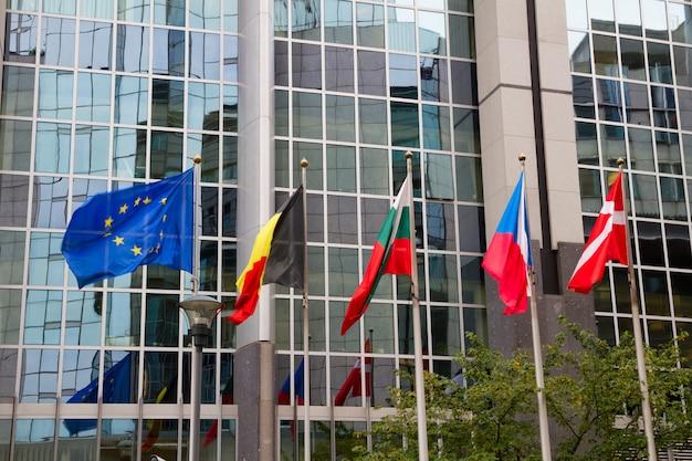 Bandeiras europeias em frente ao parlamento europeu em bruxelas, bélgica