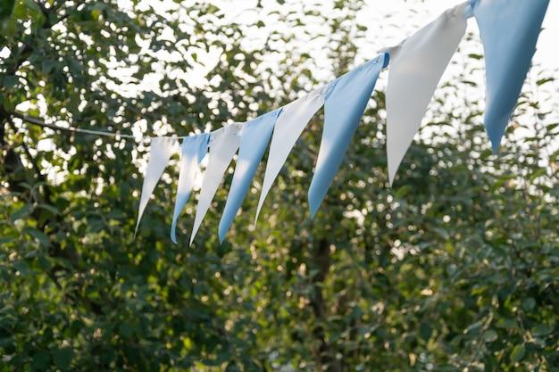 Bandeiras festivas penduradas ao ar livre no parque