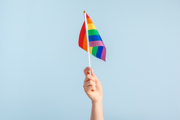 Bandeiras gays na mão das mulheres em cinza