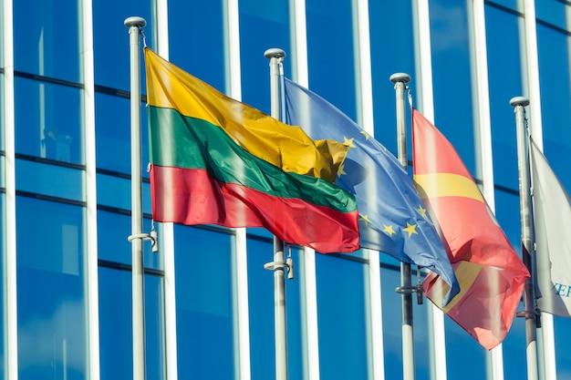 Bandeiras lituanas e do ue no distrito financeiro de vilnius