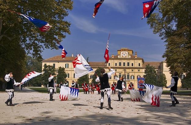 Bandeiras meninas meninos italy girando paisagem parma