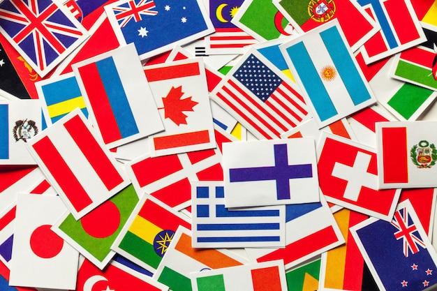 Bandeiras nacionais dos diferentes países do mundo em uma pilha dispersa,