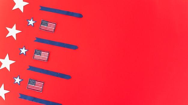 Bandeiras nacionais estrelas e listras na superfície vermelha