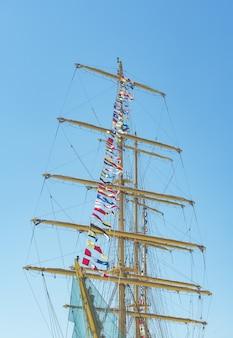 Bandeiras náuticas coloridas voando com o vento