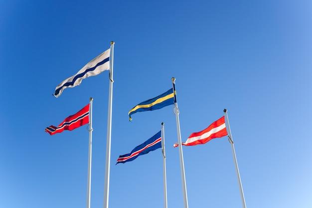 Bandeiras nórdicas no céu azul