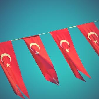 Bandeiras pequenas da turquia - pequenas bandeiras turcas de férias. imagem de estilo retro