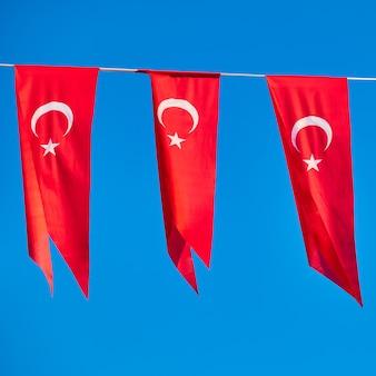 Bandeiras pequenas da turquia - pequenas bandeiras turcas em uma corda