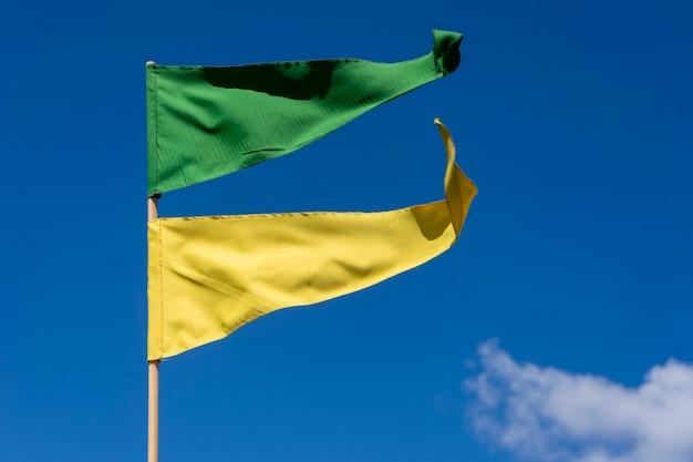 Bandeirolas verdes e amarelas tremulando ao vento no céu azul. patriotismo