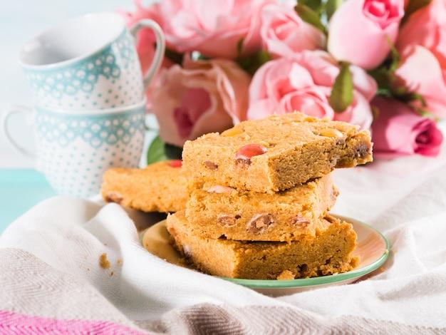 Bandeja ajustada da cor pastel do café da manhã festivo. a casa home do dia da mãe dos valentim das rosas das flores cozeu o deleite cozido com doces.