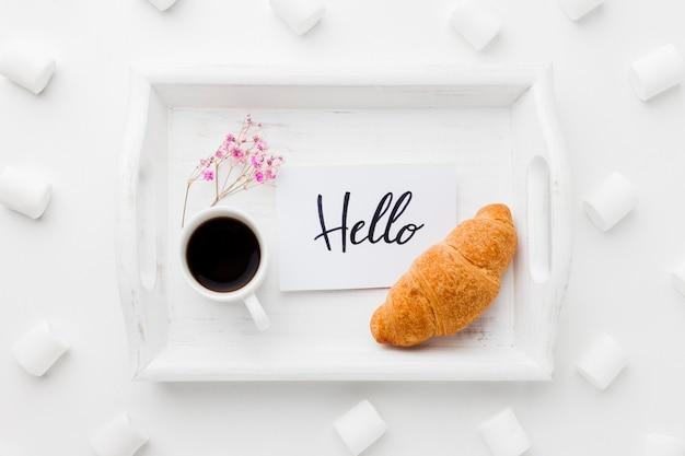 Bandeja com café da manhã e marshmallow ao lado