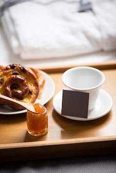 Bandeja com café da manhã em uma cama em quarto de hotel
