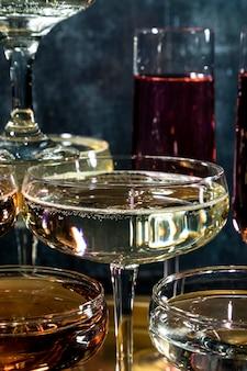 Bandeja com close-up de taças de champanhe