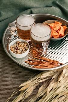 Bandeja com copos de cerveja e lanches