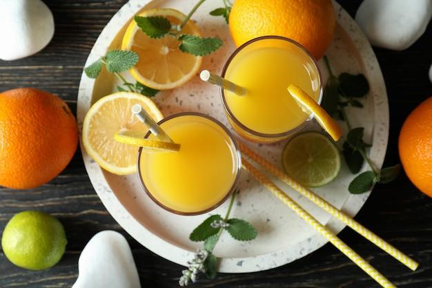 Bandeja com coquetéis tequila sunrise na mesa de madeira