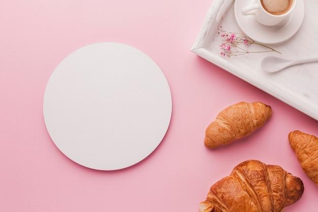 Bandeja com croissant no café da manhã