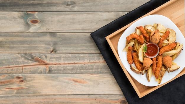 Bandeja com frango assado e batatas