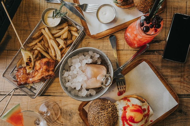 Bandeja com hambúrguer e peixe com batatas fritas