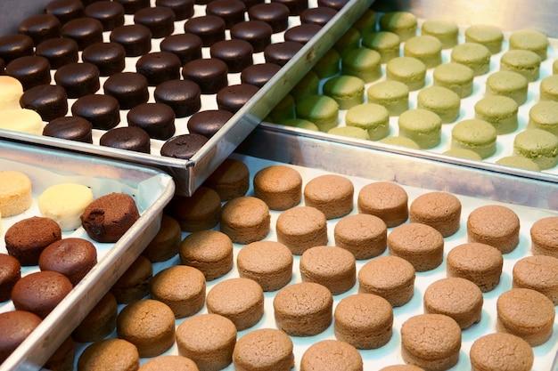 Bandeja com macaroon de bolos frescos na loja de padaria