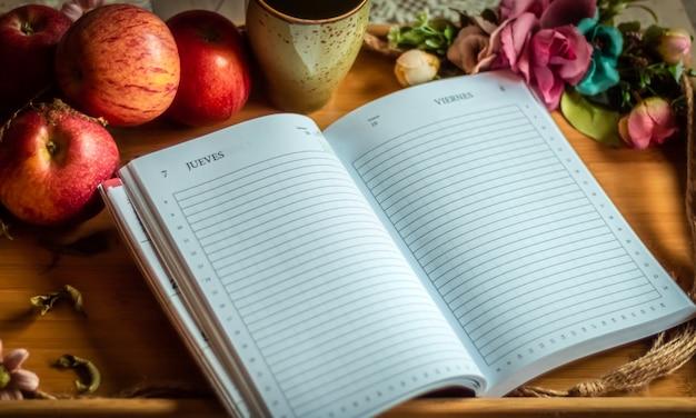 Bandeja com maçãs, livro e flores, para base de mensagem