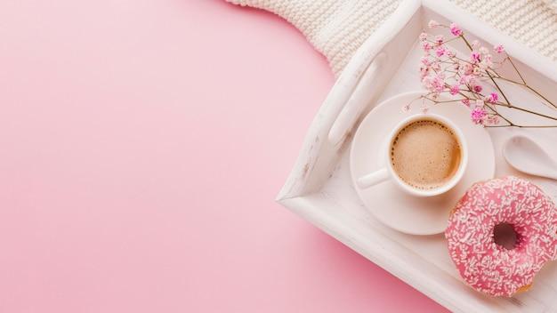Bandeja com rosquinha no café da manhã